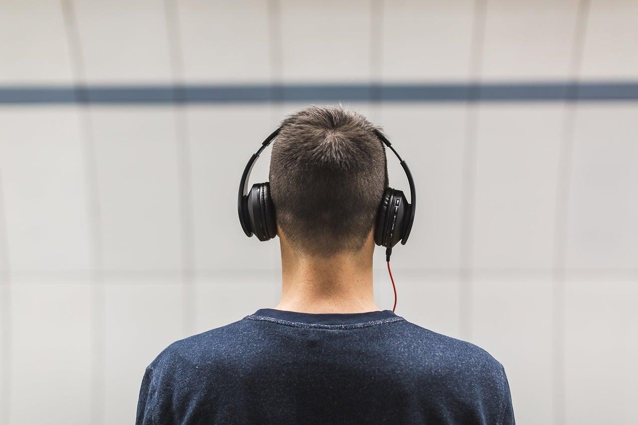 Hörbuchvorstellungen: Mann mit Kopfhörer.